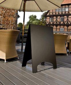 schwarzer holz kundenstopper beschriftbar mit kreide oder kreidemarker aufgestellt in einem restaurant