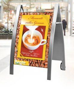 Kundenstopper DIN A1, gebogene Plakatfläche, aufgestellt vor einem Ladengeschäft