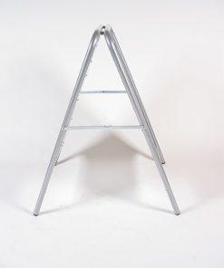 Kundenstopper aus Stahl, schwerer Strassenständer in silber für den Aussenbereich, Seitenansicht
