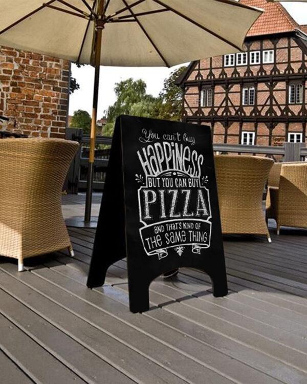 schwarzer Kundenstopper aus Holz positioniert in einem Restaurant