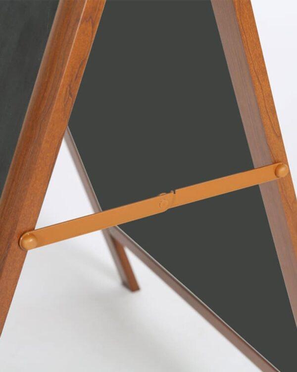 Kundenstopper aus Alu mit Holzlackierung und Kreidetafel zum Schreiben mit Kreide und Kreidemarker, Seitenscharnier für Prospektbox