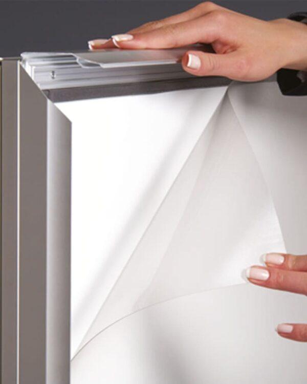 Antireflex UV-Schutzfolie inkludiert beim wasserfesten Alu Strassenständer Windmaster
