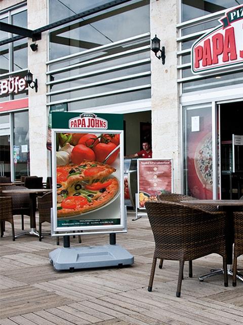 Kundenstopper mit Wassertank aufgestellt vor einem Restaurant