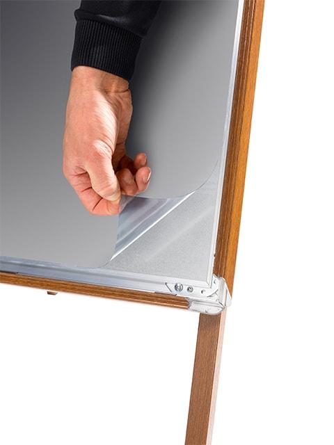 Detailfoto Antireflex UV-Schutzfolie des Kundenstopper aus Alu mit Holzoptik