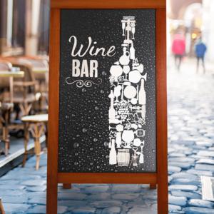 Beschriftete Restaurant Tafel aufgestellt vor einer Weinbar, Holz Kundenstopper Werbetafel mit Mahagoni Holzrahmen und Kreidetafel