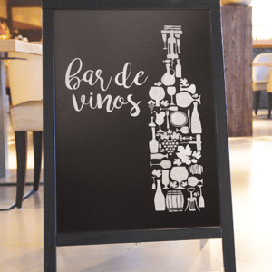 Securit Kundenstopper aus Holz beschriftet mit Kreidemarker mit Weinmotiv, Bar Holzafusteller mit Kreidetafel schwarz