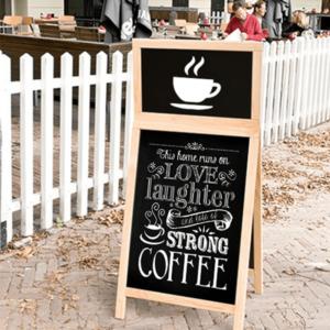 aufgestellter Holz Kundenstopper beschriftet mit weissem Securit Kreidemarker mit dem aktuellen Kaffee Angebot