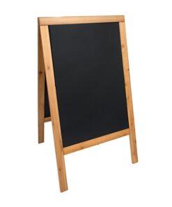 wetterfester holz kundenstopper in hellbraun mit beschriftbarer kreidetafel, hintergrund weiss