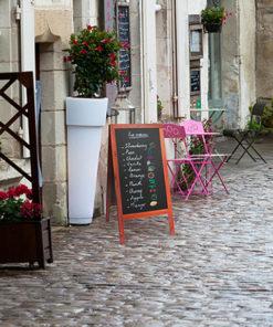 witterungsbeständiger holz kundenstopper, schwarze kreidetafel beschriftet mit dem tagesmenü, holzaufsteller positioniert vor dem laden