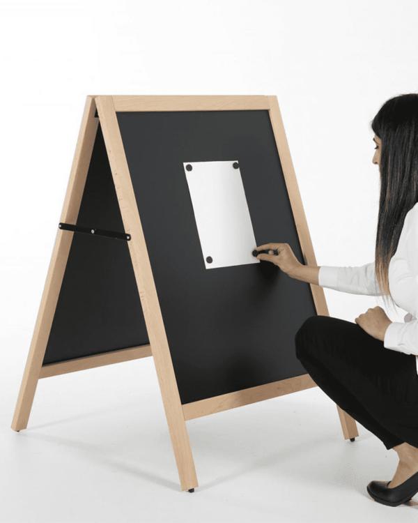 magnetischer Kundenstopper aus Holz mit beschriftbarer Kreidetafel magnetisch, Holzaufsteller wetterfest mit magnetischer Tafel