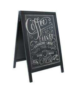 wasserfester Holz Kundenstopper in Schwarz, beschriftet mit Kaffee Werbebotschaft