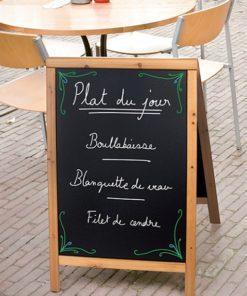 wetterfester Holz Kundenstopper in Hellbraun, mit beschriftbarer Kreidetafel, aufgestellt vor einem Restaurant und fertig beschriftet mit Kreidemarker