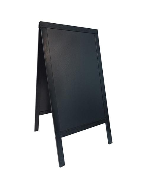 wetterfester holz kundenstopper in schwarz mit beschriftbarer kreidetafel, aufstellgrösse 125x70cm, hintergrund weiss