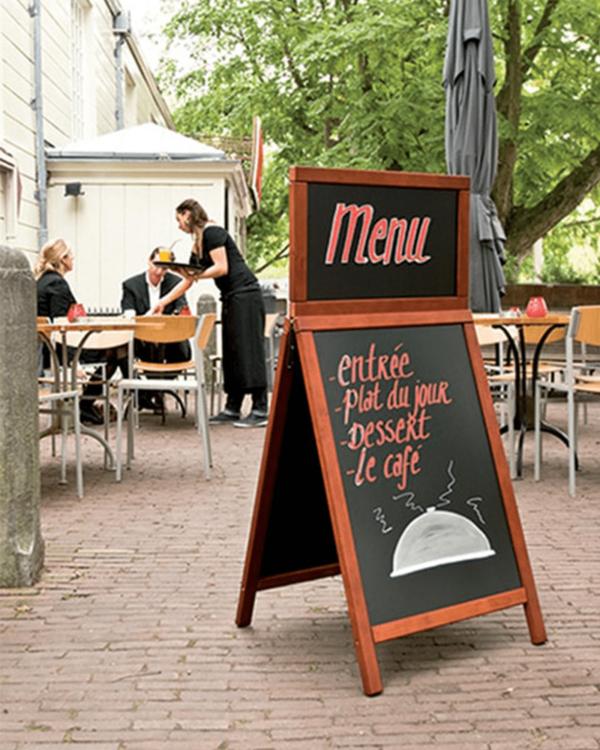 Holz Kundenstopper mit Logoschild aufgestellt vor einem Restaurant und beschriftet mit dem aktuellen Menü