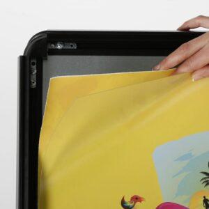 Einfügen von Plakaten in den Kundenstopper Schwarz mit Klapprahmen für die Anwendung im Aussenbereich