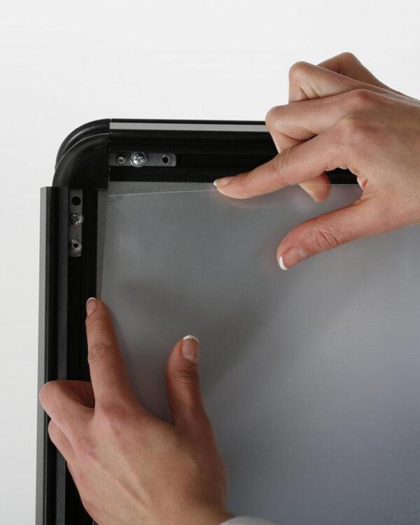 Mitgelieferte Antireflex UV-Schutzfolien des Kundenstopper Alu Classic in Schwarz