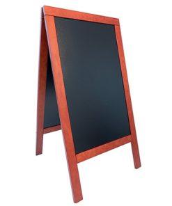 holz kundenstopper wetterfest in der farbe mahagoni, beschriftbare kreidetafel, weisser hintergrund