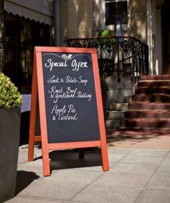 holz kundenstopper wetterfest aaufgestellt vor einem restaurant, schwarze kreidetafel beschriftet mit dem tagesmenü