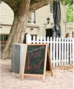 wetterfester holz kundenstopper deluxe 85x55cm, hellbraun, beschriftet kreidemarker, aufgestellt vor einem restaurant