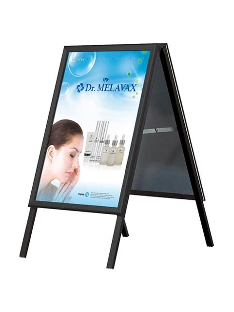 Kundenstopper aus Aluminium in schwarzer Ausführung, Plakat im Plakatrahmen angebracht