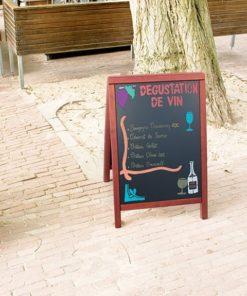 wetterfester Holz Kundenstopper mit schwarzer Kreidetafel, Holzrahmen in Mahagoni, beschriftet mit Weinspezialitäten, aufgestellt vor einem Lokal