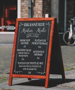 wetterfester Holzaufsteller für Restaurant, mahagoni Holzrahmen, schwarze Kreidetafel beschriftet mit Kreide und Kreidestift