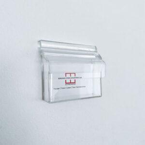 Visitenkartenbox mit Deckel gefüllt mit Visitenkarten von einer Schreinerei
