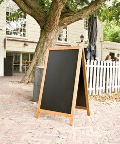 Holz Kundenstopper 125x70cm, Deluxe, Hellbraun, WETTERFEST, aufgestellt vor einem Restaurant