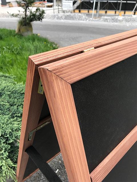 Holz Kundenstopper mit Topschild, wetterfester Holzaufsteller mit Logoschild, Detailansicht des Topschildes