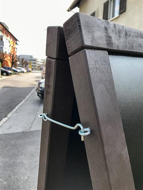 stabiler Holz Kundenstopper mit seitlichem Hacken, geeignet für Anbringen von Prospektboxen