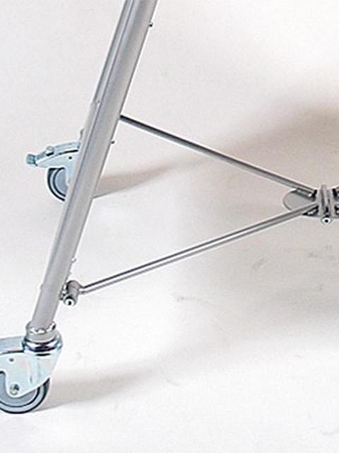 schwerer Kundenstopper aus Stahl mit Logoschild und Rollen, Detailfoto Füsse