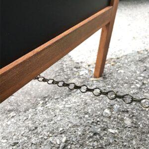 Holzaufsteller mit Kette an den Füssen für das Zusammenhalten der beiden magnetischen Kreidetafeln