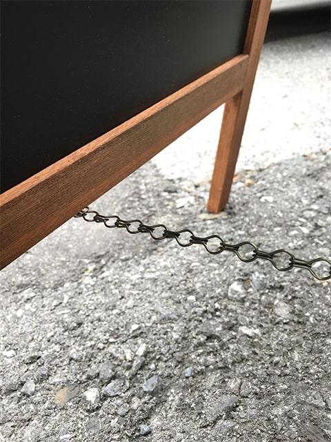 Magnetischer Holzaufsteller mit Kreidetafel, Detailfoto von Abstandskette