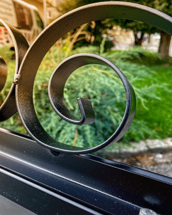 Strassenständer-aus-Stahl-mit-Antik-Optik-im-Format-B2-für-die-Verwendung-als-Plakatständer-im-Aussenbereich