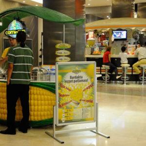 Maki Kundenstopper aus Alu positioniert vor einem Takeaway