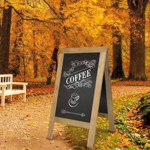 Restaurant Holzaufsteller beschriftet mit Securit Kreidemarker weiss und aufgestellt am Strassenrand im Herbst
