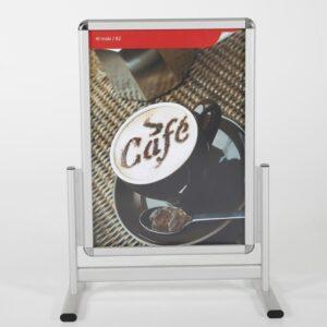 Strassenständer aus Alu mit T-Fuss postiert mit einem Kaffee Plakat und Antireflex UV-Schutzfolie