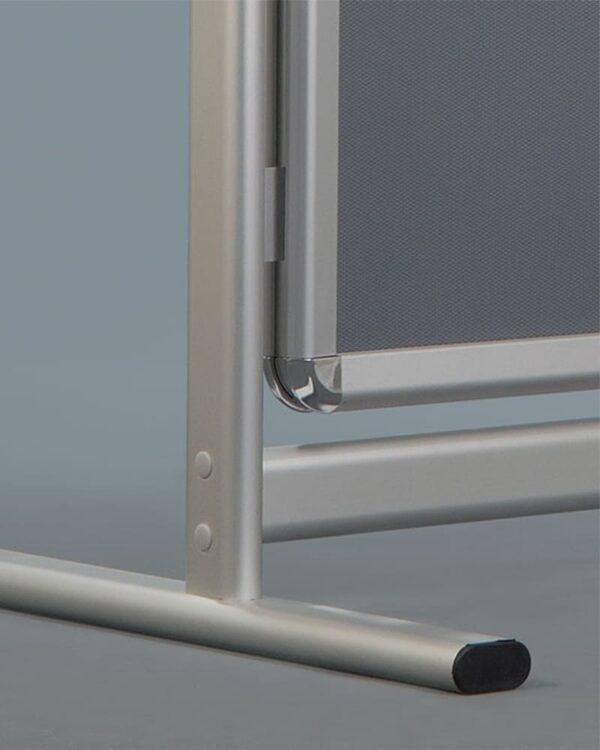Werbeständer mit T-Fuss für einen stabilen Halt, stabiler Kundenstopper Plakatständer mit runden Ecken und T-Fuss
